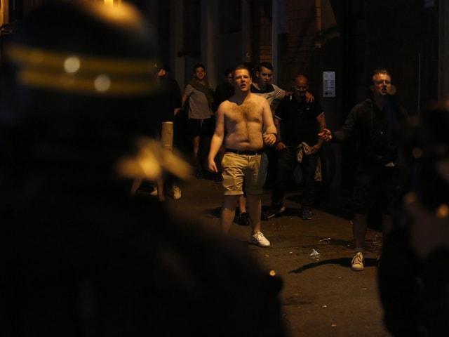 Polizisten beobachten die Fans.