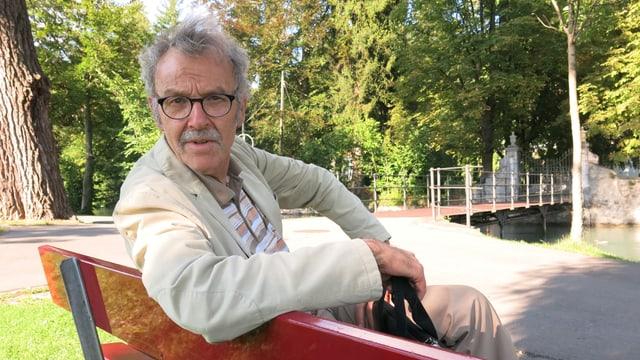 Jon Keller auf einer Parkbank beim Kleist-Inseli in Thun.