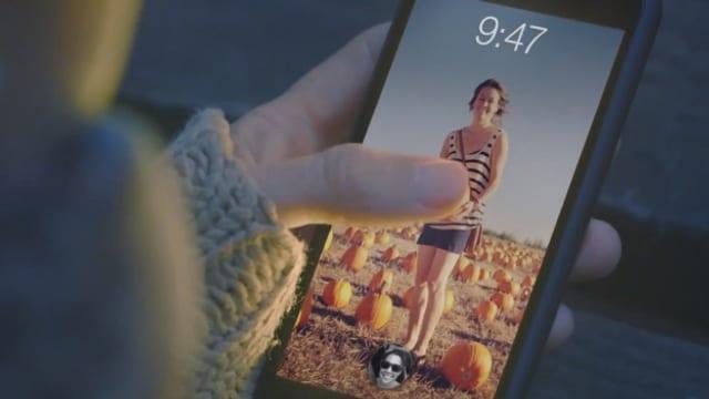 Ein Daumen auf einem Smartphone