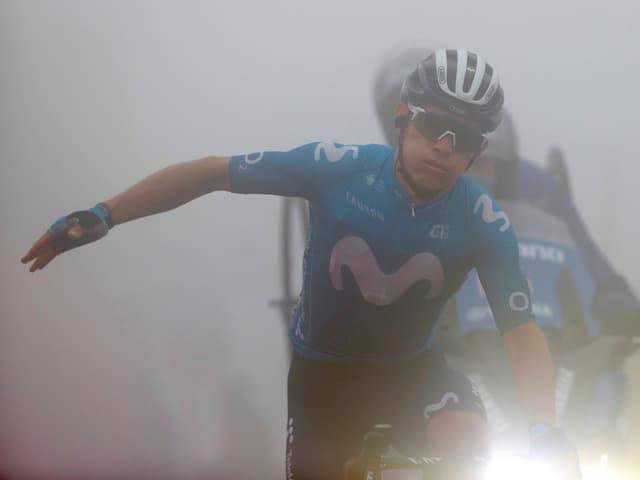 Miguel Angel Lopez kämpft sich durch den Nebel.