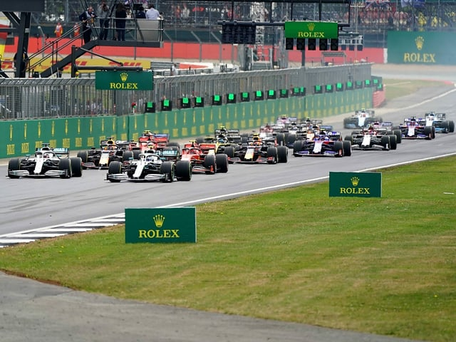 Formel-1-Boliden am Start in Silverstone.