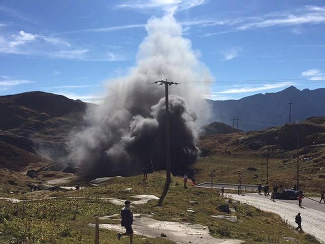 Unfallstelle mit Rauchsäule neben Hospiz auf dem Gotthard