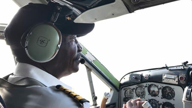 Pilot Leperes im Cockpit seiner Maschine.