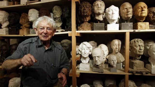Rolf Brem in seinem Atelier. Im Hintergrund sieht man zahlreiche Skulpturen.