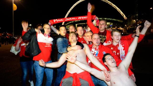 Bayrische Glückseligkeit vor dem Wembley-Stadion.