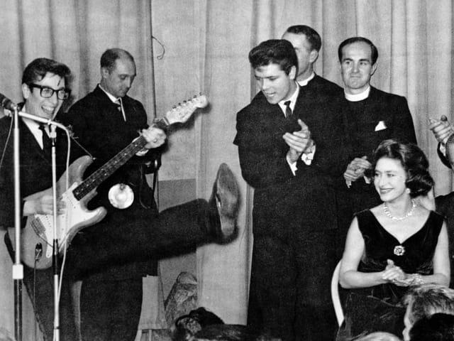 Cliff spielt mit Band in einem Jugendhaus in England. Gast unter anderem auch Prinzessin Margaret.