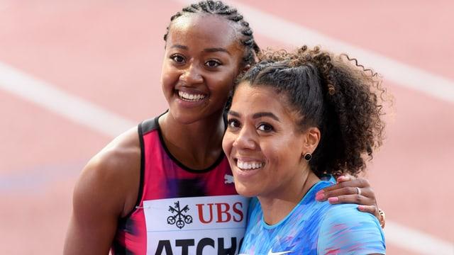 Sarah Atcho umarmt Mujinga Kambundji.