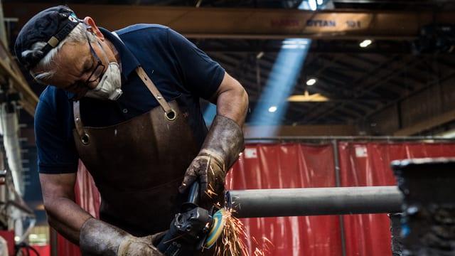 Lavurant en ina fabrica da metall e material sintetic.