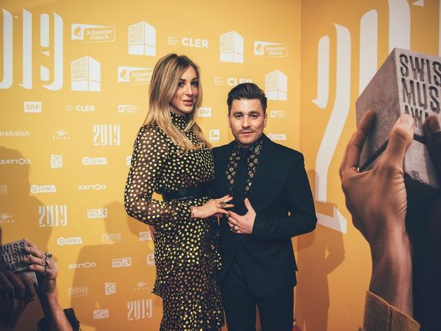 Haben wir beim Shooting von diesem Foto erfahren: Sänger Baschi nennt seine Freundin Alana Netzer 'Büssi'.