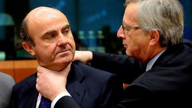 Jean-Claude Juncker legt die Hände um den Hals von Spaniens Finanzminister.