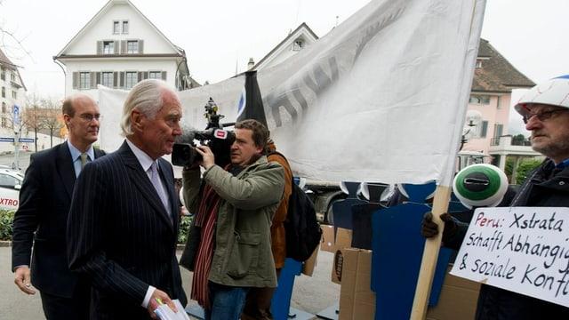 John Bond VR-Präsident von Xstrata und Demonstranten