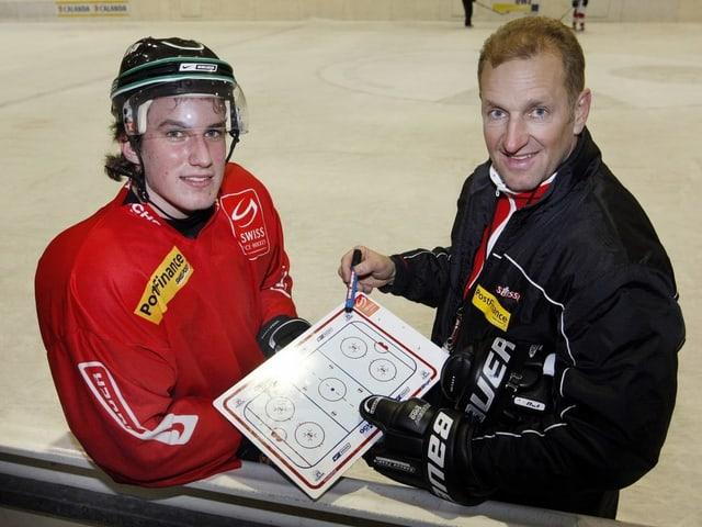 Nati-Trainer Ralph Krueger erklärt Roman Josi im März 2009 in der WM-Vorbereitung in Lenzerheide sein Spielsystem.