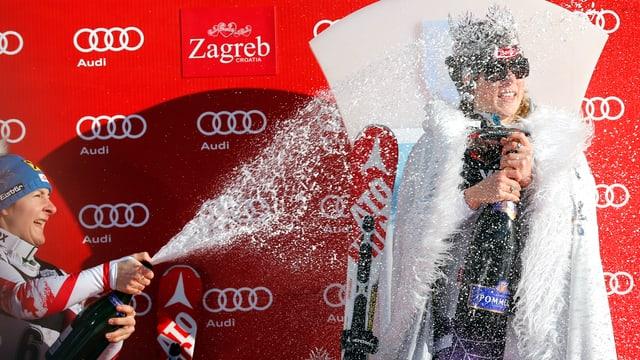 Kathrin Zettel und Mikaela Shiffrin mit Champagner bei der Siegerehrung