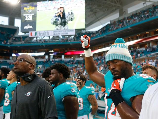 Robert Quinn, Defensive End bei den Miami Dolphins, streckt während der Hymne die rechte Faust in die Höhe.