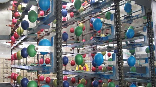Eier in einer Färbemaschine