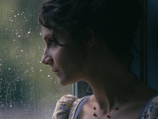 Judith Chemla schaut aus dem Fenser.