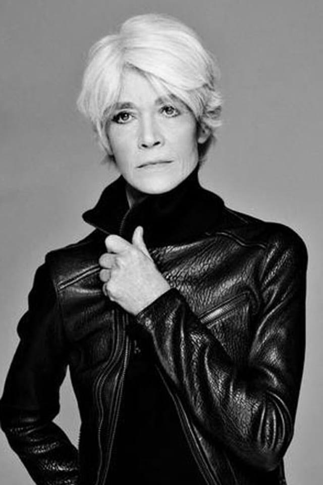 Françoise Hardy heute mit enger schwarzer Lederjacke und traurigem Blick.