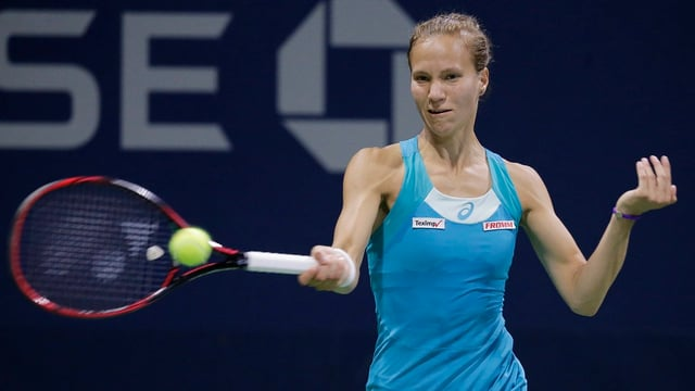 Viktorija Golubic spielt eine Vorhand.