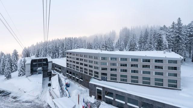 Verschneite Talstation der Säntis-Gondelbahn und Hotelkomplex daneben