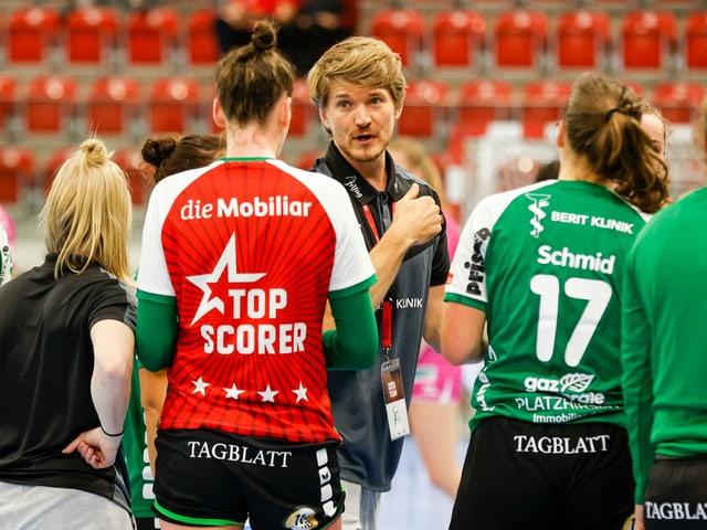Brühl-Trainer Nicolaj Andersson und seine Spielerinnen.