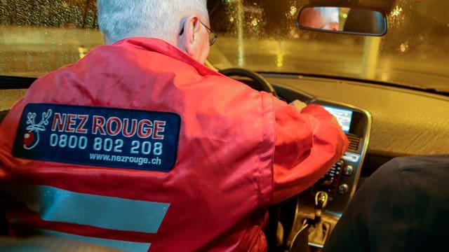 In dals voluntaris en acziun per «Nez Rouge». El porta ina giacca cotschna.