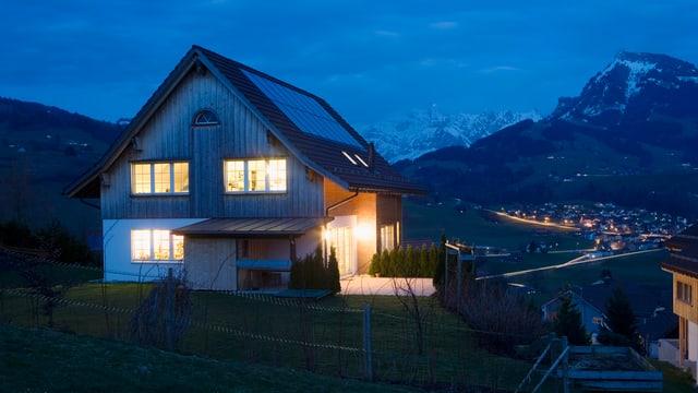 Ein nach Minergie-Standard gebautes EFH in der Dämmerung in Nesslau, Kanton St. Gallen, Schweiz.