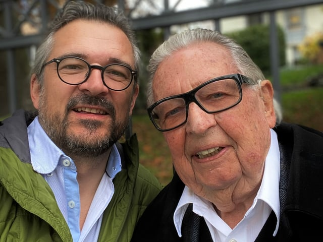 Zwei Männer mit Brille.