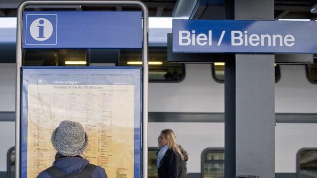 Schild am Bahnhof Biel mit «Biel/Bienne»