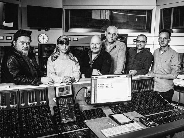 V.l.n.r.: Martin Engler (Glut), Annette Strasser (Isabella), Holger Kunkel (Albert Hess), Robert Dölle (Zeller), Lukas Holliger (Autor), Mark Ginzler (Regie).