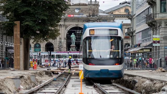Ein Tram fährt an der Bahnhofstrasse durch die Baustelle.