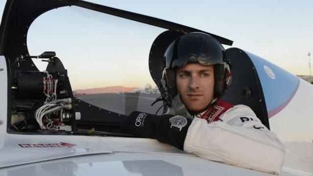 Portrait von Vito Wyprächtiger, er sitzt mit Helm im Cockpit seines Rennflugzeugs.