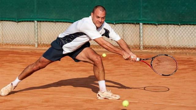 mann auf dem tennispltz