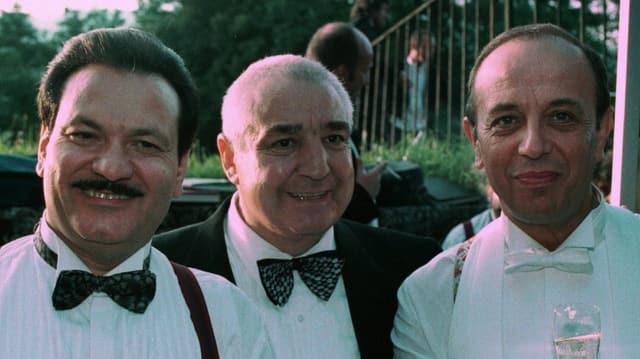 Drei Männer mit Fliege und weissen Hemden