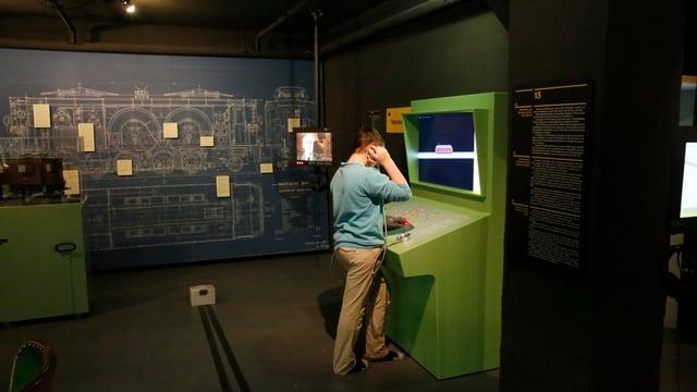Ein Besucher am Lerncomputer im Bahnmuseum Albula.
