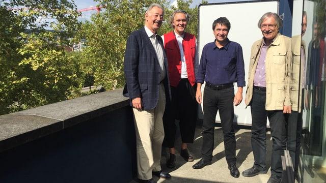 Vier Herren auf einer Terrasse