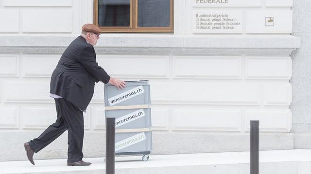 Dieter Behring bringt seine Akten zu den Verhandlungen vor dem Bundesstrafgericht (Juni 2016).