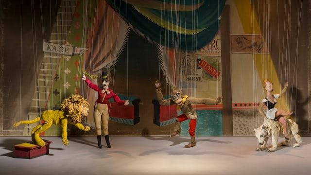 Marionettentheater: Zirkusbühne mit Löwe
