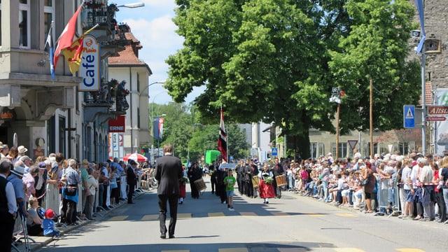 Parademusik-Strecke in Laufenburg, gesäumt von Publikum