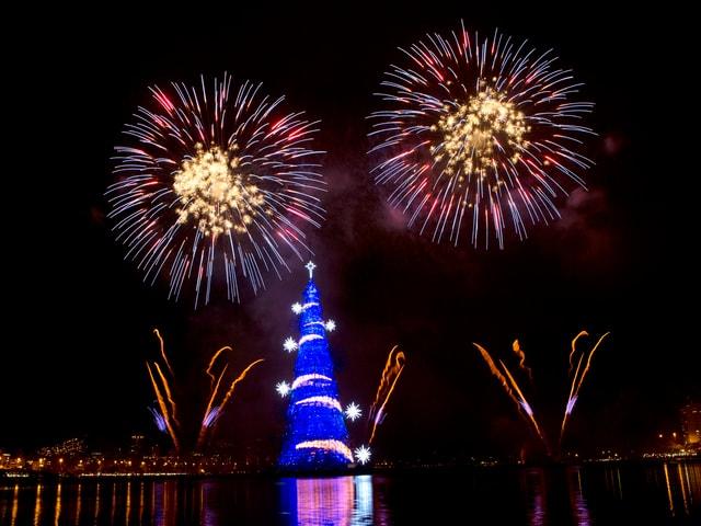 Schwimmender Weihnachtsbaum mit Feuerwerk