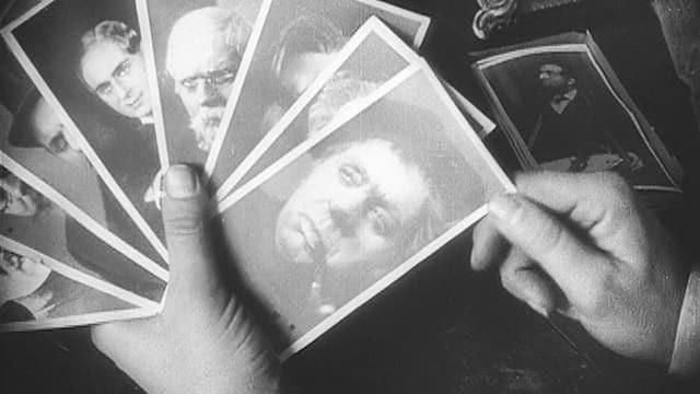 Ein Mann sortiert Bild-Karten.