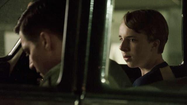 Ein mann und ein Junge im Auto