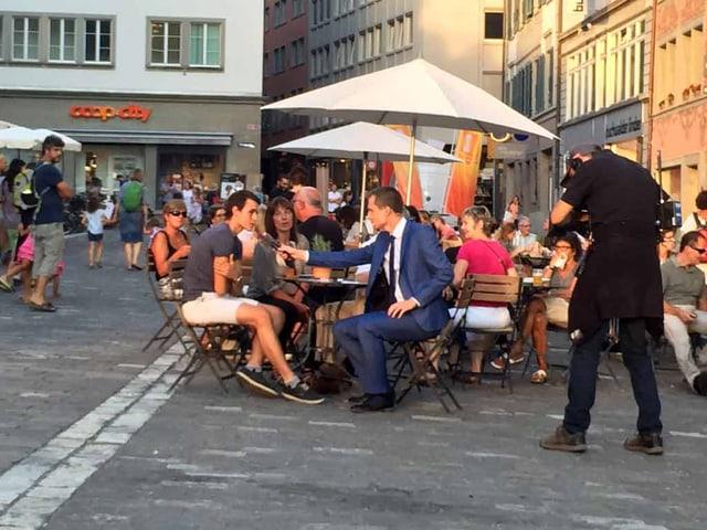 SRF-Moderator Jonas Projer interviewt Wähler.