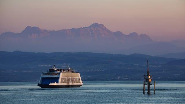 Blick von Friedrichshafen über den Bodensee zum rötlich angeschienenen Säntis.