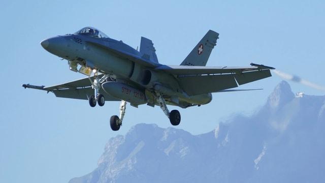 Ein Kampfjet fliegt vor dem Pilatus.
