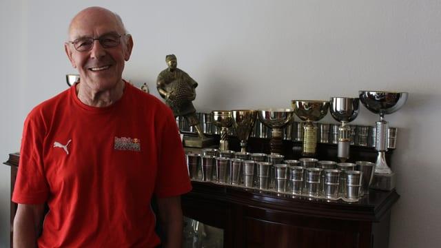 Pius Zimmermann vor seinen Auszeichnungen