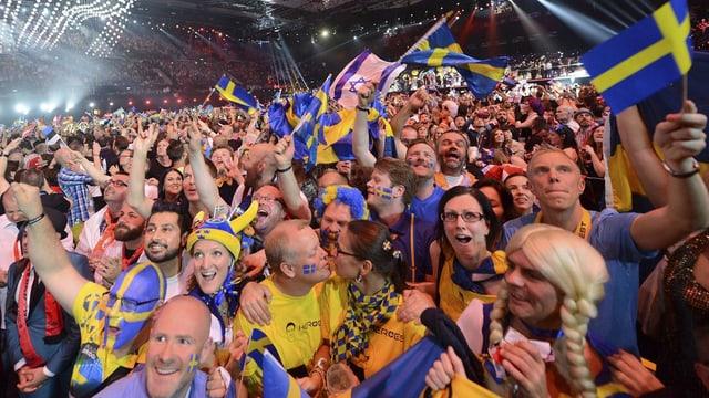 fans dal chantadur svedais Mans Zelmerlöw fan festa suenter che Zelmerlöw ha gudagnà il Eurovision Song Contest