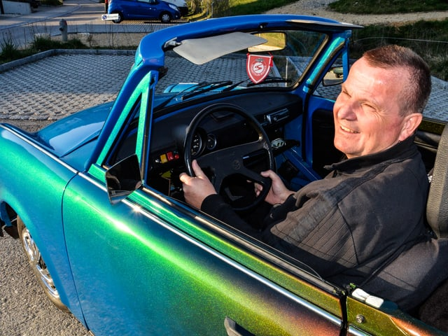 Hugos 1989er Trabant 601 ist mit Chamäleon-Lackierung und Cabrio-Umbau getunt und nicht mehr im Original. Ab Werk gab es keine Trabis mit offenem Dach.