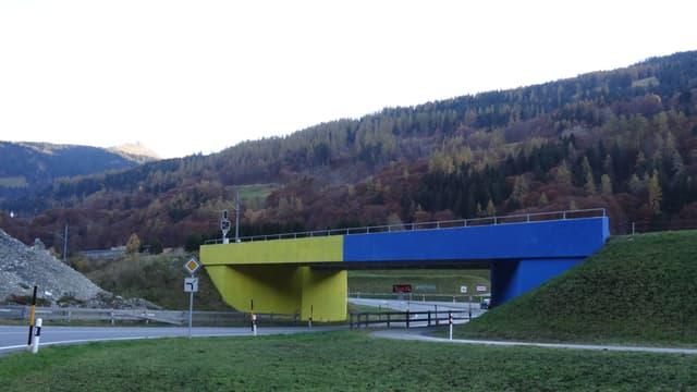 La punt da la Viafier Retica a l'entrada da Jenaz è ussa mez melna e mez blaua.