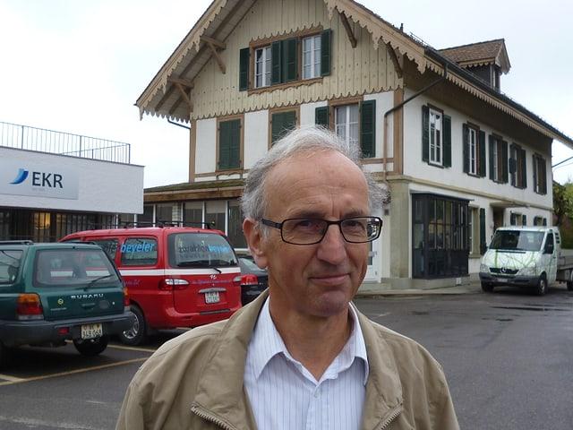 Gemeindepräsident Fritz Brönnimann vor dem ehemaligen Hotel Bon Séjour in Zimmerwald