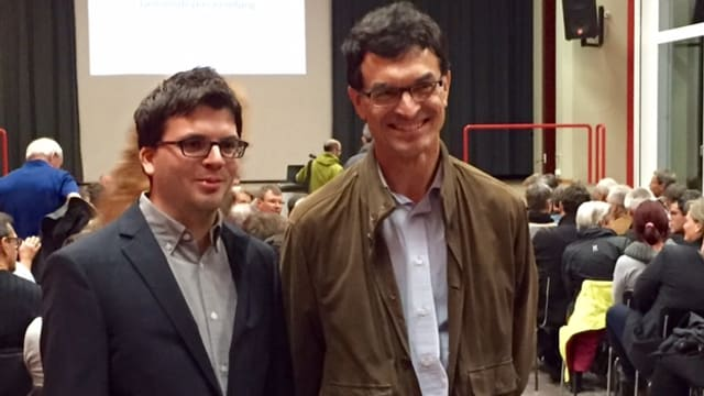 Ursin (san.) e Christoph Widmer (dretg) avant la radunanza communala a Favugn.